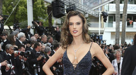 Modelka Alessandra Ambrosio pózuje na premiére filmu Solo: A Star Wars Story v Cannes.