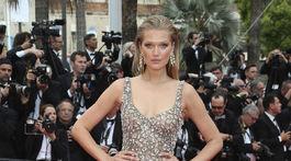 Modelka Toni Garrn zvolila trblietavú večernú róbu s rozparkom.