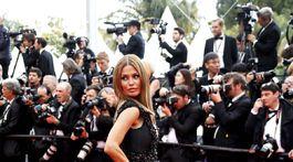 Victoria Bonya pózuje fotografom.