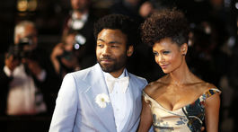 Herečka Thandie Newton a herec Donald Glover pózujú fotografom.