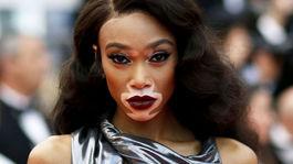 Modelka Winnie Harlow pózuje fotografom na festivale v Cannes.