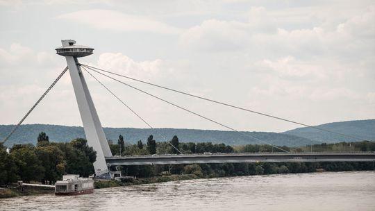 Stav dievčaťa, ktoré spadlo z vyhliadkovej veže Mosta SNP, je stabilizovaný