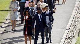 Britský herec Idris Elba a jeho snúbenica Sabrina Dhowre prichádzajú na kráľovskú svadbu.