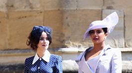 Herečky Abigail Spencer (vľavo) a Priyanka Chopra prichádzajú na kráľovskú svadbu.
