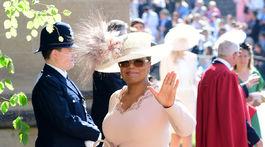 Oprah Winfrey si zvolila na svadobný obrad svetloružový kostým aj s výrazným klobúkom.