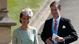 Pippa Middleton a jej manžel James Matthews prichádzajú na slávnostný obrad.