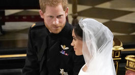 Princ Harry a jeho vyvolená Meghan Markle v šatách Givenchy so závojom, ktorý meria päť metrov.