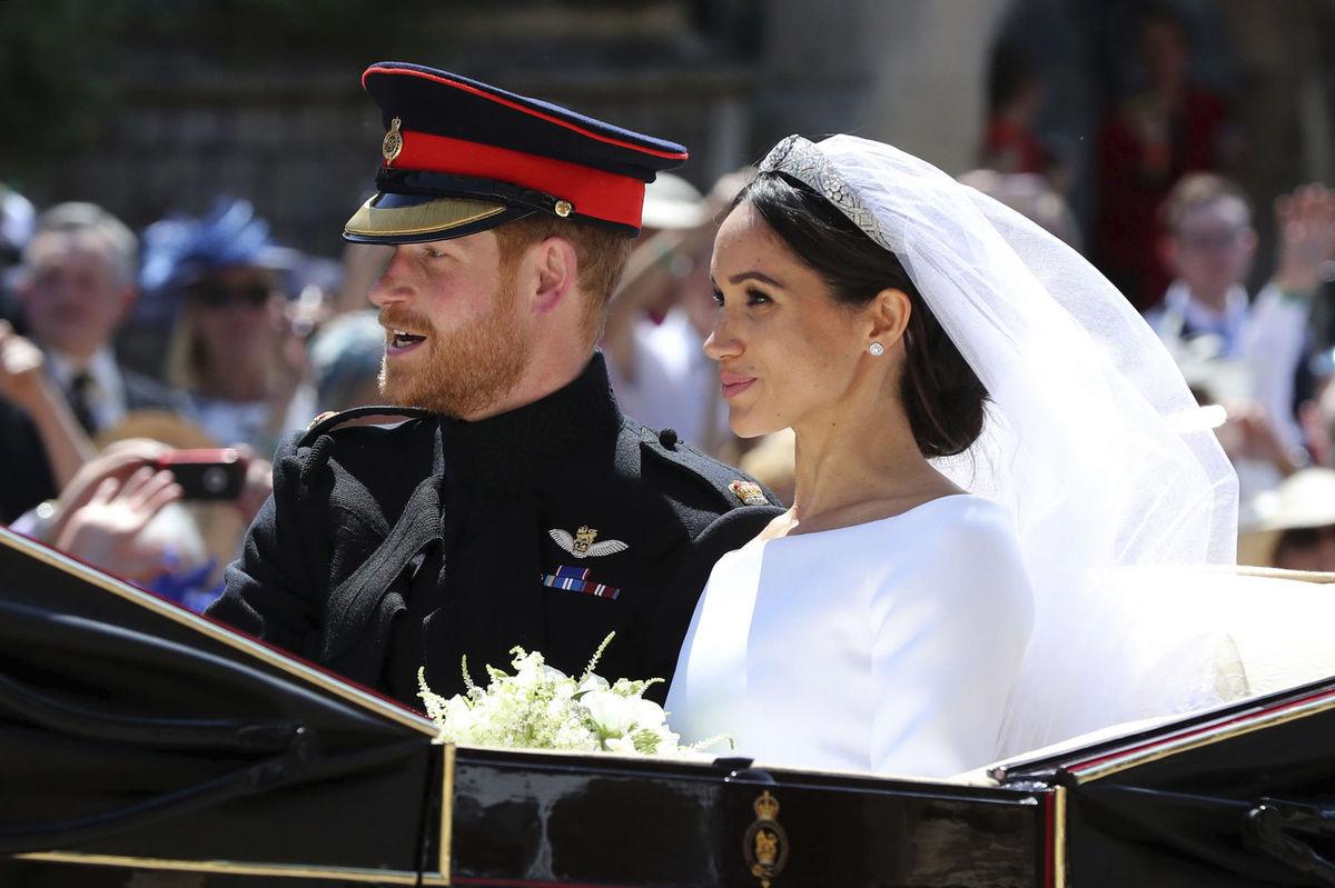 63102623541b Princ Harry as manželkou pózujú už ako manželia pred hradom Windsor.