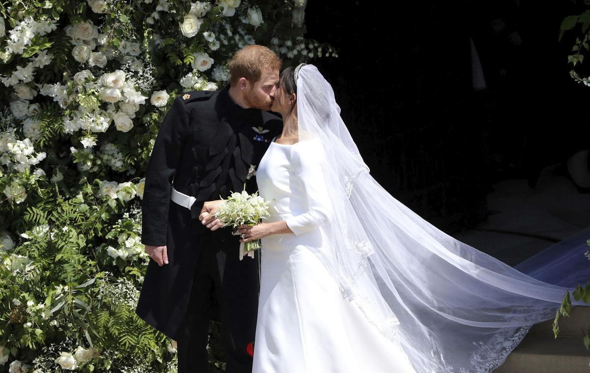 dc433006e096 Princ Harry a Meghan Markle sa stali v sobotu manželmi. Bozk mladomanželov  pred Kaplnkou svätého Juraja.