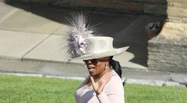 Televízna moderátorka a herečka Oprah Winfrey prichádza na svadobný obrad.