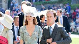 Tom Inskip prichádza na svadobný obrad na hrade Windsor aj so svojou partnerkou.