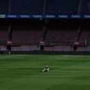 FOTO: Iniesta sedel v strede ihriska o jednej v noci. Sám a potme