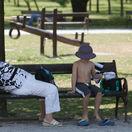 Horúčavy potrápia obyvateľov západného a južného Slovenska, SHMÚ vydal výstrahy
