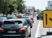 Opravenú Bajkalskú ulicu v Bratislave rozrezali