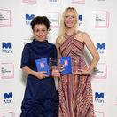 Poľská autorka Olga Tokarczuková (vľavo) s prekladateľkou víťaznej knihy Man Booker International Jennifer Croftovou.