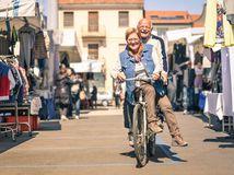 bicykel, dôchodcovia, trh, trhovisko, cyklotrasa, manželia, pár, dvojica, starí