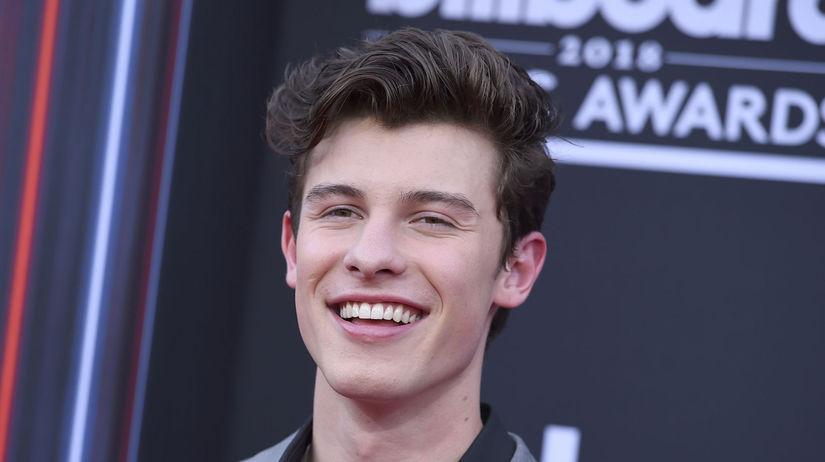 Spevák Shawn Mendes na zábere z cien Billboard...