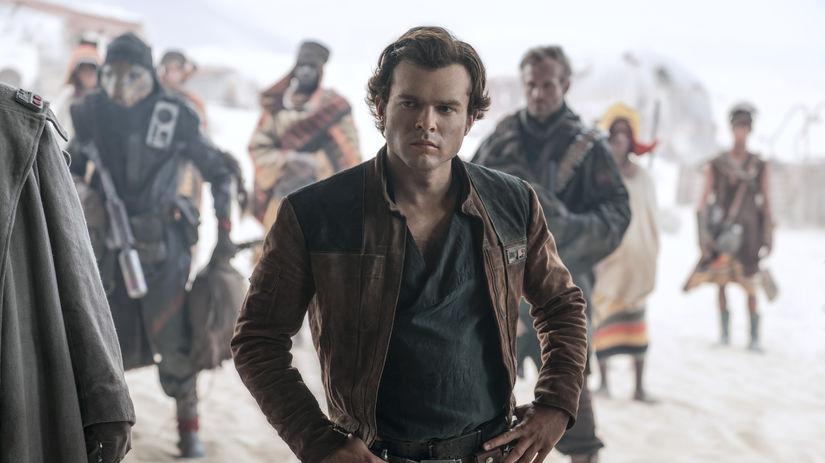 Alden Ehrenreich stvárňuje hrdinu Han Sola vo...