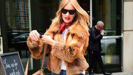 Britská topmodelka Rosie Huntington-Whiteley s kabelkou z kolekcie Fendi.