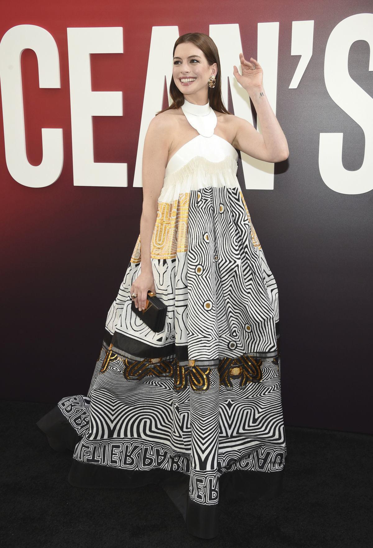 Herečka Anne Hathaway v kreácii Jean Paul...