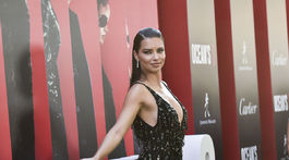 Modelka Adriana Lima pózuje fotografom na premiére.