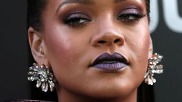 Speváčka a herečka Rihanna s jej výrazným líčením.