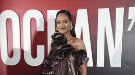 Speváčka Rihanna prišla v kreácii Givenchy.