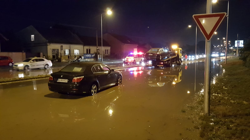odťah, autá, prívalové dažde