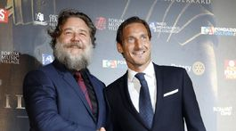 Russel Crowe (vľavo) a bývalý hráč futbalového klubu FC Roma Francesco Totti