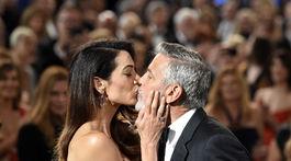 Herec a režisér George Clooney dostal bozk od krásnej manželky Amal.