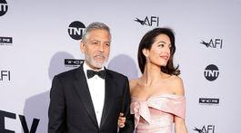 Herec George Clooney a jeho manželka Amal Clooney (v šatách Prada).