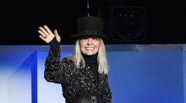 Herečka Diane Keaton prichádza na pódium, aby sa prihovorila hosťom večera.