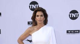 Modelka Cindy Crawford vyzerala v bielych šatách na jedno rameno očarujúco.