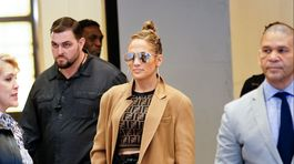 Speváčka Jennifer Lopez v tope a s kabelkou Fendi.