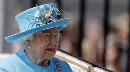 Britská kráľovná Alžbeta II. prichádza na vojenskú leteckú prehliadku pri príležitosti jej narodenín.