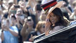Vojvodkyňa zo Sussexu Meghan prichádza s manželom Harrym v kočiari.