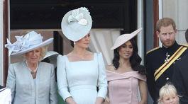 Zľava: Vojvodkyňa z Cornwallu Camilla, vojvodkyňa z Cambridge Kate a vojvodkyňa zo Sussexu Meghan s manželom - princom Harrym.
