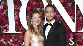 Herečka Melissa Benoist (v šatách Dior) a jej partner Chris Wood.