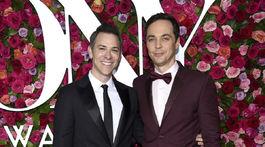 Manželia Todd Spiewak (vľavo) a Jim Parsons spoločne na vyhlásení cien Tony Awards.