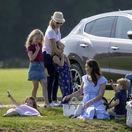 Vojvodkyňa Kate z Cambridge (dolu) sa zabáva so svojimi deťmi - princom Georgom a princeznou Charlotte.