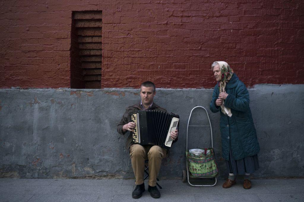 Rusko, harmonikár, akordeón, babička, hudba, spev, ulica, MS Rusko