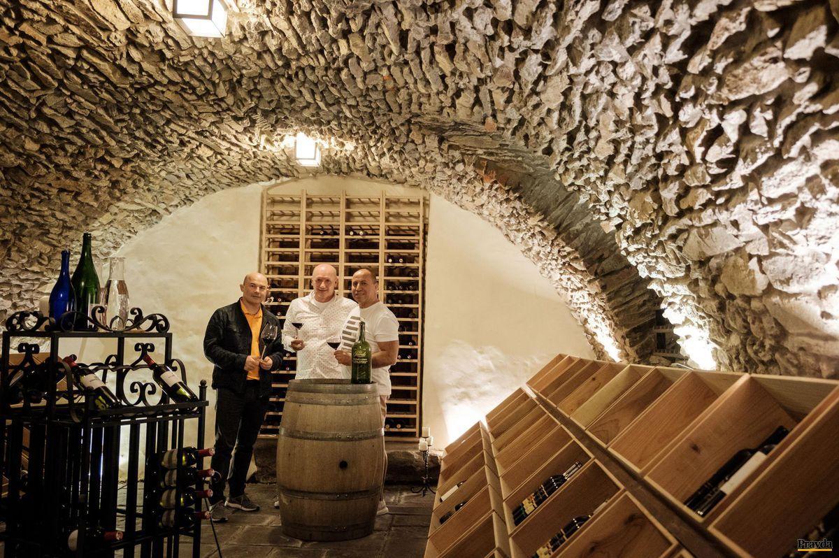Modranská pivnica Romana Pavúka, kde sa besedovalo o víne.