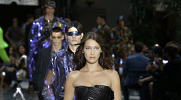 Modelka Bella Hadid a prehliadke značky Versace a jej pánskej kolekcie na jar a leto 2019.