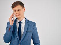 Muž telefón telefonát mobil volanie