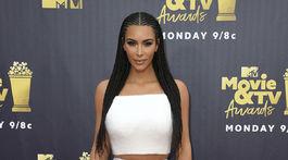 Televízna a internetová hviezda Kim Kardashian West v kreácii Atelier Versace.