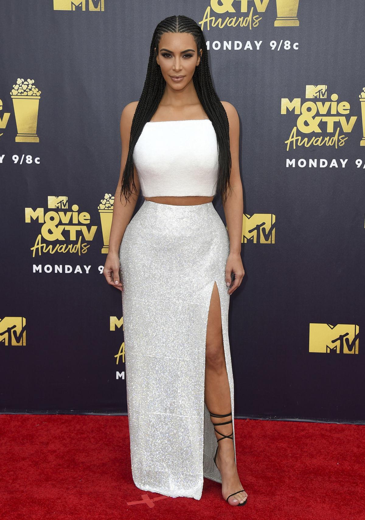c3a8a444df6a Televízna a internetová hviezda Kim Kardashian... Televízna a internetová  hviezda Kim Kardashian West v kreácii Atelier Versace.