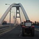 Protestujúci farmári dorazili do Bratislavy, chcú sa rozprávať s premiérom
