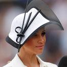 Vojvodkyňa Meghan zo Sussexu s decentným klobúkom značky Philip Treacy.