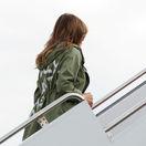 Melania Trumpová navštívila zadržané deti, rozruch vyvolala bundou. V lietadle sa prezliekla