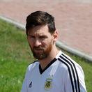 Ako na kare. Argentína stále veľmi trpí, Messi sa na tréningu iba prechádzal